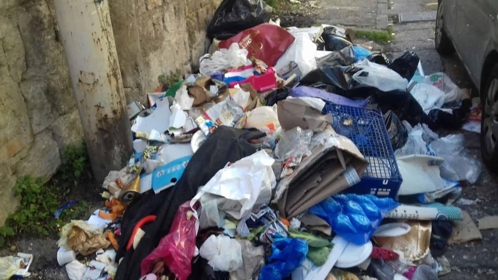 Rom Castellammare. Sta diventando una brutta abitudine quella di depositare i rifiuti nei vicoli ciechi del centro cittadino.