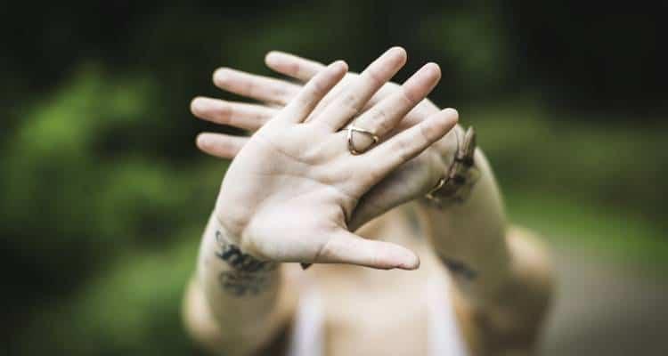 La timidezza non è un difetto, in quanto fa parte del bagaglio caratteriale di alcuni di noi, ma può diventare un forte limite. Consigli
