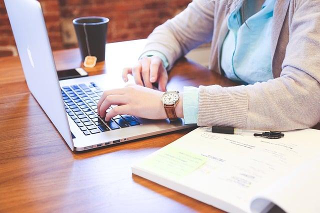 Il conseguimento della maturità a distanza ossia quella online, come tante altre cose offre vantaggi e svantaggi. Ecco un'analisi