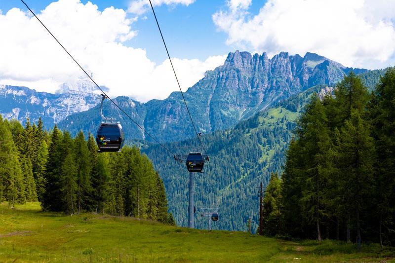 Le Dolomiti sono tra le montagne più belle e vivibili del mondo. La Ski Area San Pellegrino offre opportunità di vacanze nella natura e sport