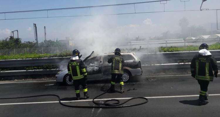 Roma: Rogo deposito camper, fumo e esplosioni