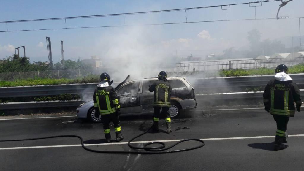 Un'autovettura in fiamme è il motivo del traffico che in questi momenti blocca il raccordo autostradale per Castellammare e costiera. Le foto