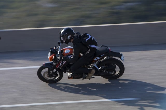 Chi l'ha detto che per andare in moto non è necessario vestirsi con un abbigliamento specifico? Alcuni consigli abbigliamento da moto