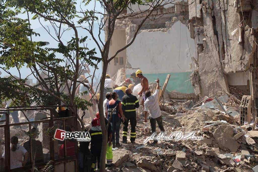 A Torre Annunziata è crollata una palazzina a via Rampa Nunziante. Ecco le foto delle ricerche in condizioni veramente complicate
