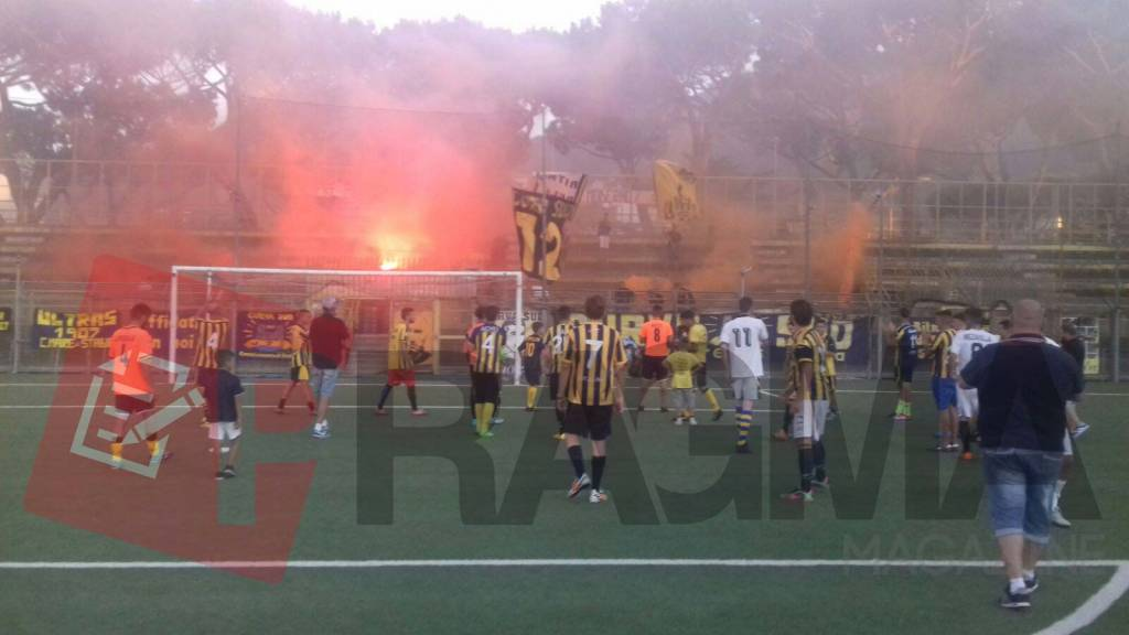 Stadio Romeo Menti di Castellammare di Stabia, la Curva Sud in campo per protestare contro i torti che hanno subito le vespe in questi anni.