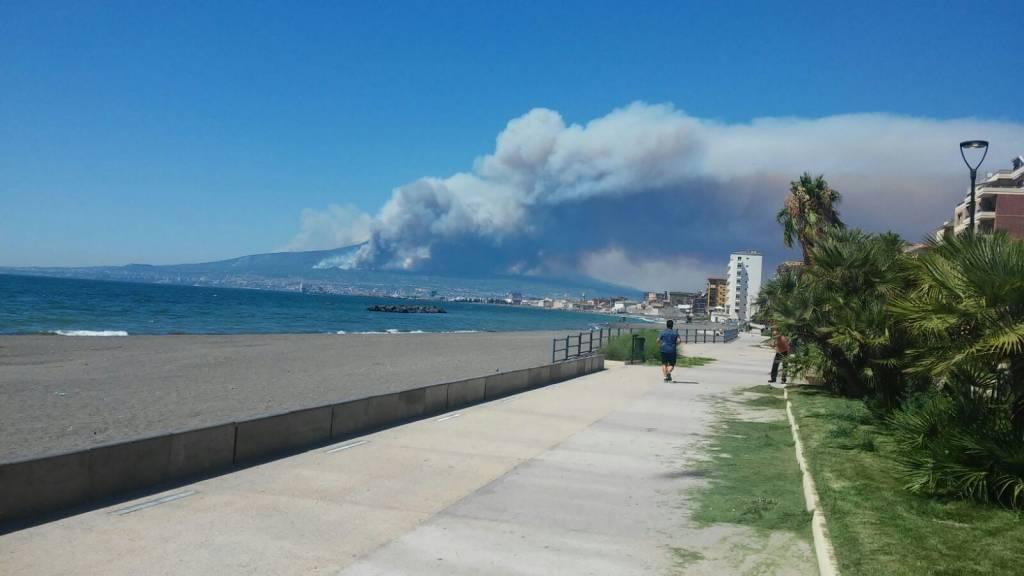 Il vasto incendio intorno al Vesuvio è visibile anche da Capri