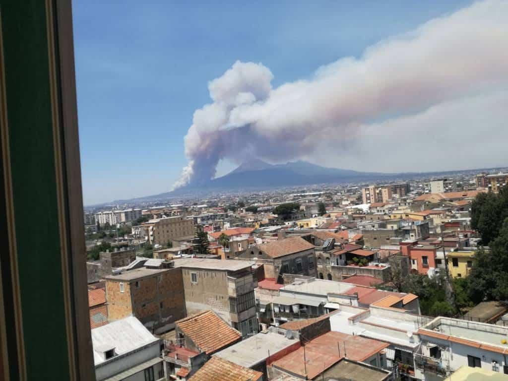 Nuovi incendi sul Vesuvio, panico tra i turisti