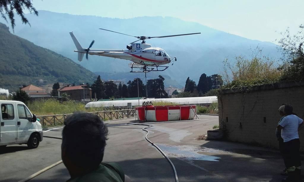 E' in atto in questo momento un vasto incendio a Gragnano. Sono due gli elicotteri della protezione civile in azione. Foto e Video