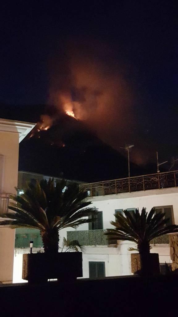 Incendio a Gragnano. Il fuoco scende pericolosamente verso la città della pasta dalla Statale per Agerola. Ecco la situazione