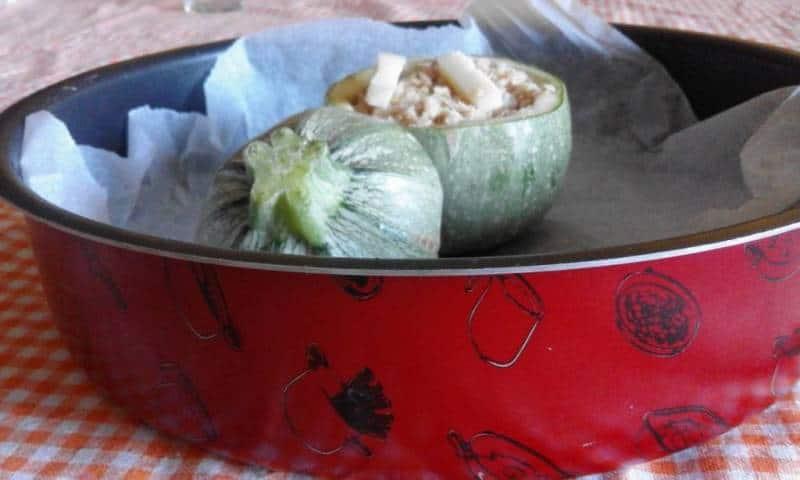Le zucchine tonde ripiene al tonno hanno il vantaggio di essere una cena nutriente e leggera. Ecco come prepararle