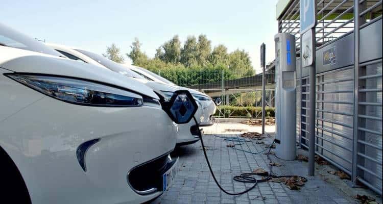 L'evoluzione del mercato, la disciplina legislativa nazionale e gli obiettivi posti dall'UE spingono all'acquisto dell'auto elettrica...