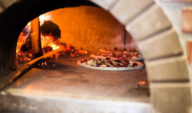 Fare dei corsi per pizzaiolo significa aprirsi a un lavoro intenso ma anche di ottimi profitti. Saper fare la vera pizza napoletana è un'arte