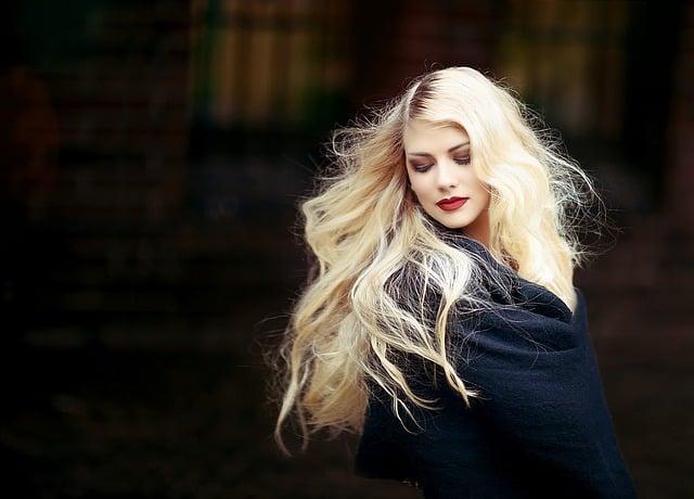 Il cambio di stagione, e alcune stagioni in particolare, possono danneggiare i capelli e indebolirne i fusti. Consigli sull'alimentazione