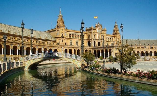"""Si avvicinano i """"ponti"""" e la voglia di partire aumenta. E se andassimo a Siviglia? O a Bruxelles? Ecco alcuni consigli per un weekend"""