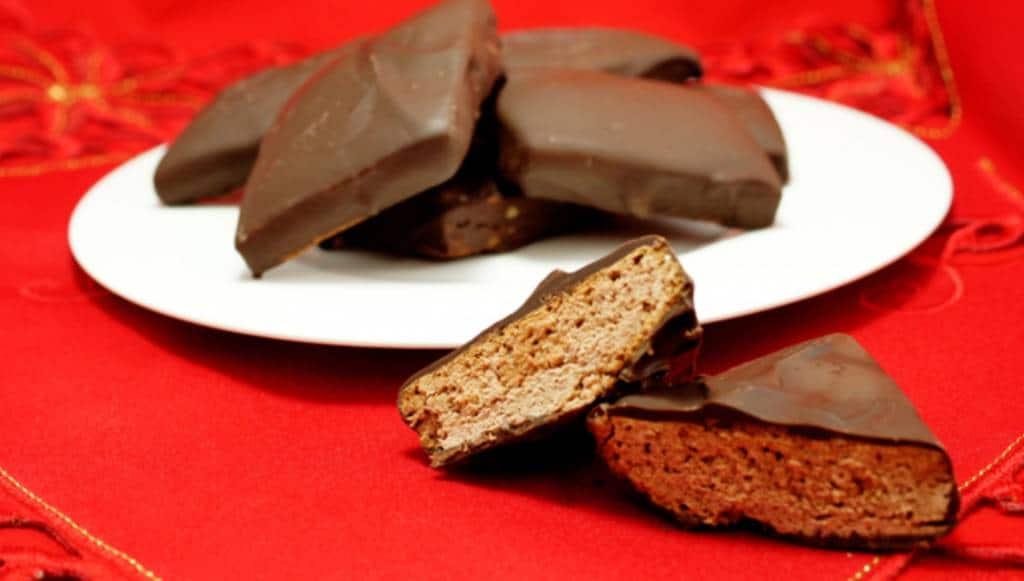 I Mostaccioli: la golosità del cioccolato bacia la cannella, sotto il vischio, nella tradizione napoletana.Ecco come prepararli