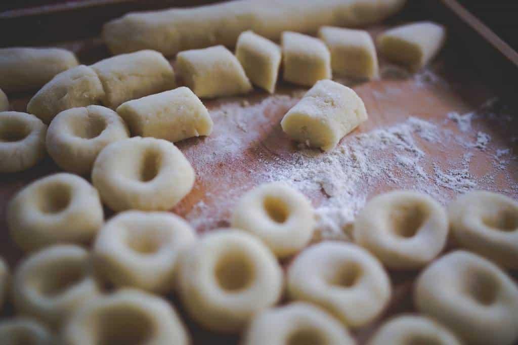 Ecco la ricetta degli gnocchi di patate: un classico della tradizione culinaria italiana. Alcuni li mangiano in settimana, altri la domenica