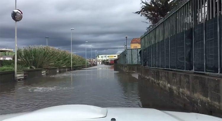 Basta un temporale e alcuni quartieri della periferia di Pompei e Castellammare di Stabia vann in tilt. Ennesima esondazione del fiume Sarno.