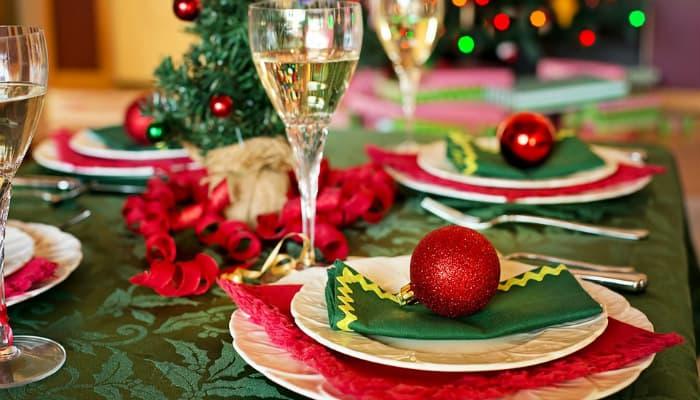 Tavola di Natale: idee e consigli per ricevere e stupire gli ospiti con decorazioni classiche o originali. Persino Babbo Natale!