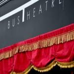 """Un viaggio con gli artisti di strada nel loro Bus Theater per proiettare visioni di """"vita, morte e oracoli"""" con lo spettacolo Bus' Rooms"""