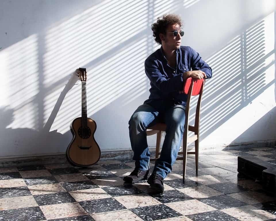 Marco Greco, cantautore romano ed ultima scoperta di Fausto Mesolella, debutta con Tutta Mora, che da martedì 16 gennaio si potrà ascoltare in radio ed acquistare negli store.