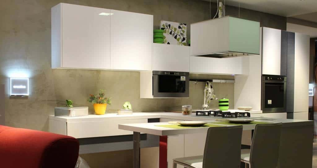 Sia nell'arredamento moderno, che in quello classico ormai da qualche anno sono in voga le cucine ad angolo. Perchè sceglierla?