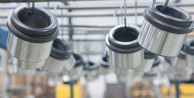 Aumentare la durezza dei materiali è un vantaggio notevole in termini di durata e di manutenzione dei macchinari e i rivestimenti con carburo di tungsteno permettono proprio questo tipo di miglioramento.