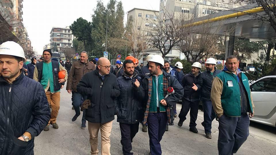 A Castellammare di Stabia questa mattina, 12 febbraio 2018, hanno sfilato per le strade le tute blu dei cantieri navali. VIDEO