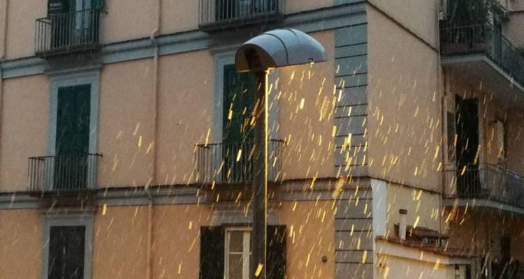 Castellammare di Stabia si risveglia imbiancata. La neve ha ricoperto la città e continua a farlo sotto all'effetto di Buran