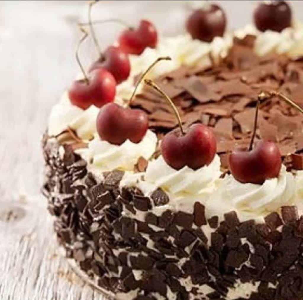 LaTorta Foresta nera è una delle torte più famose della Germania. Ecco come prepararla: pan di spagna, la pasta frolla e la crema