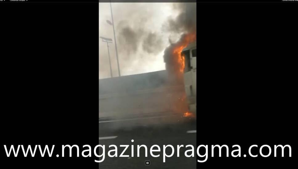 Alle ore 16.30 circa sull'autostrada A3 Napoli-Salerno, un Tir era in fiamme all'uscita di Ercolano (video)