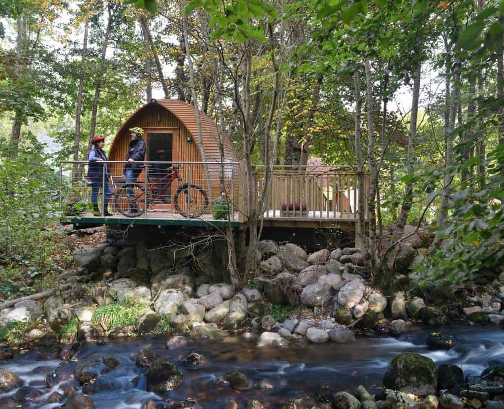 Avete voglia di trascorrere le vacanze estive immersi nella natura, ma vi manca lo spirito del perfetto campeggiatore? Il Glamping