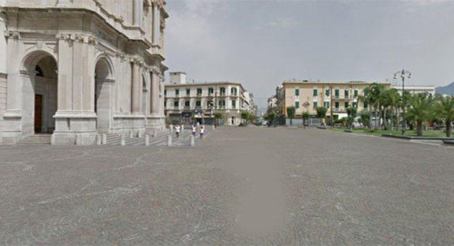 Pompei - Un folle è piombato in Piazza Bartolo Longo, a forte velocità, con un'auto risultata poi rubata, seminando panico tra la folla