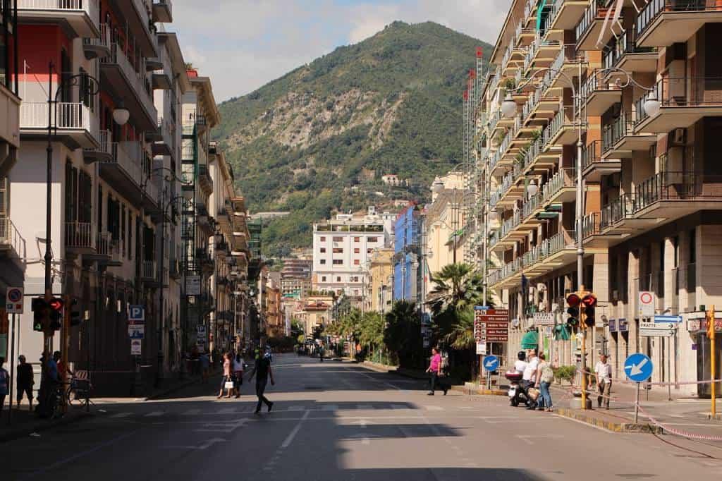 A Salerno, un avvocato, appena rientrato a casa si è suicidato. Pare che in casa, nelle altre stanze, era presente la famiglia in casa