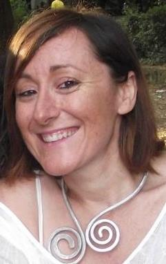 """Conosciuta col soprannome di """"scrittrice arcobaleno"""", Dana Neri ha pubblicato """"Mangiafuoco"""", il suo primo romanzo, già best seller in Olanda"""