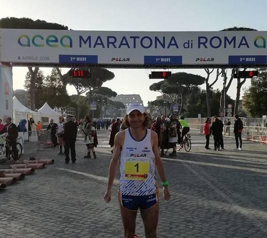 Partito dal fondo della coda dei 14.000 partecipanti alla Maratona di Roma, Calcaterra taglia il traguardo 162esimo in un tempo di 2:42.27.