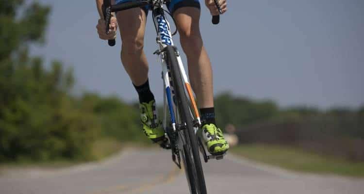 E' accaduto in Francia, un giovane ciclista francese è stato colpito ad una spalla da una pallottola mentre si stava allenando.
