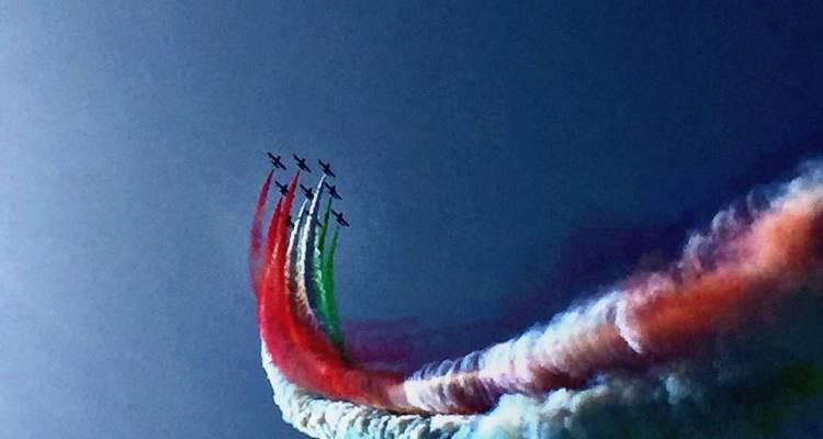 Ore 14,00:Occhi puntati al cielo e cellulare pronto per filmare il passaggio della Pattuglia Acrobatica Nazionale dell'Aeronautica Militare.