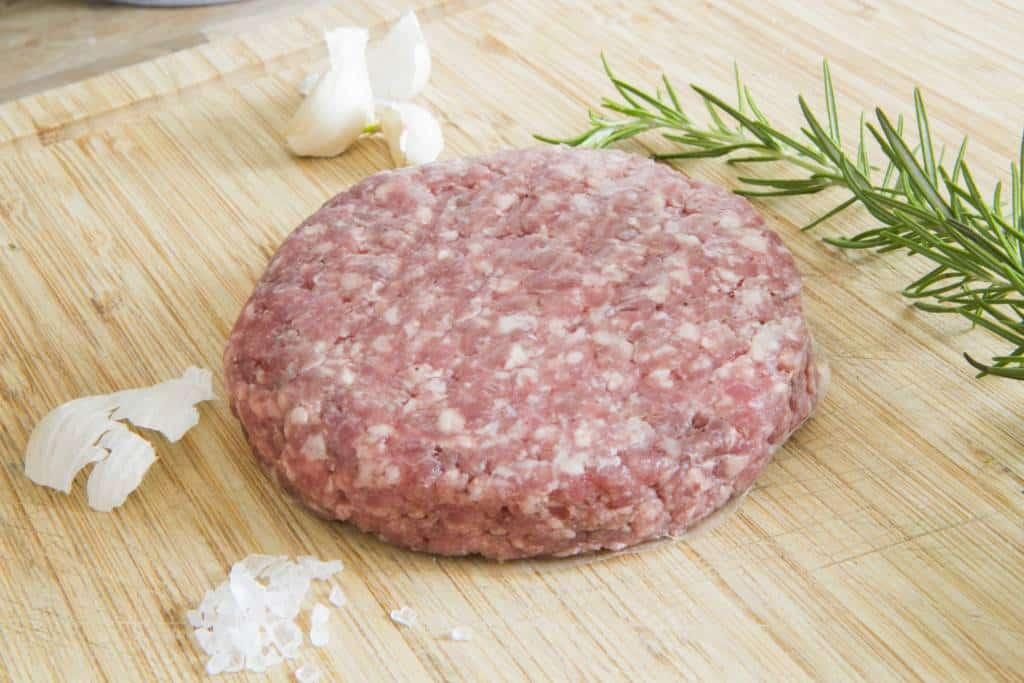 Non tutti sanno che la Simmental è unarazza di bovino originaria della valle Simme in Svizzera. Antonio Di Sieno, macellaio 3.0 ha coniugato tradizione e innovazione per ottenere il primo hamburger di Simmental