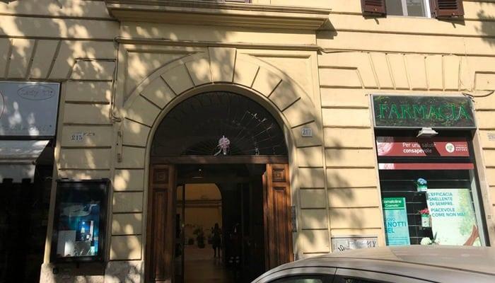 Apre la porta dell'ascensore e cade nel vuoto. È questo il tragico incidente avvenuto ieri, verso le 15.30, in un palazzo d'epoca di Roma. Elena Pacifici, 77enne, è morta sul colpo.
