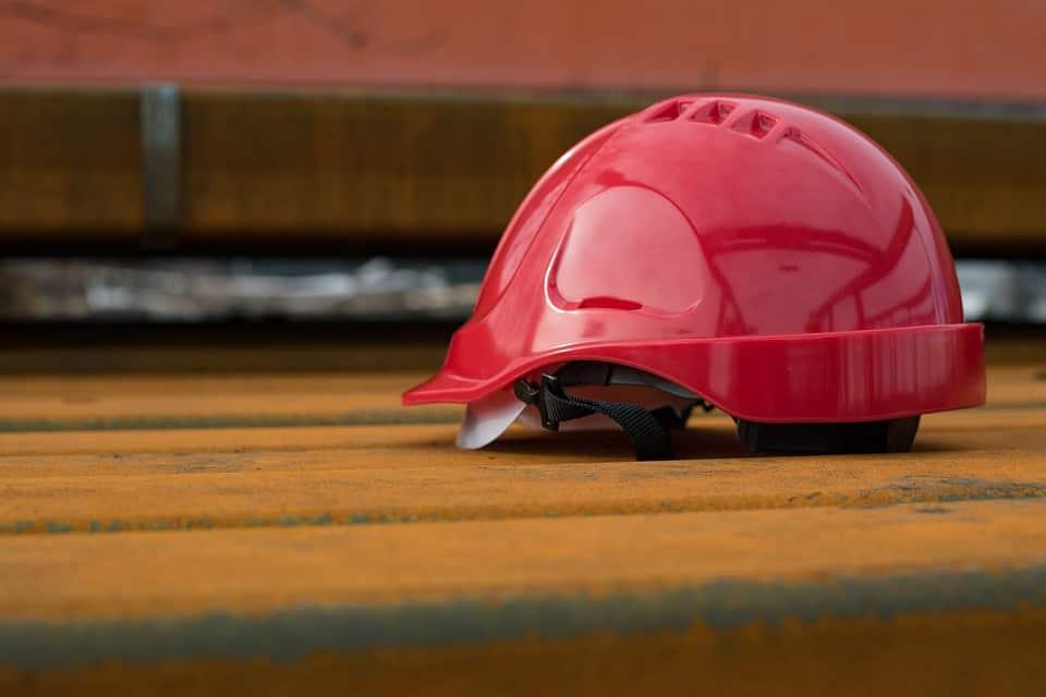 Luigi Chierchia, 22enne, originario di Lettere, stava lavorando quando è stato fatalmente colpito da una lastra di marmo. Inutili i soccorsi.