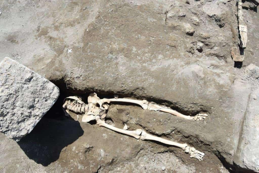 Pompei non smette di stupire.Uno scheletro intatto è stato ritrovato all'incrocio tra il Vicolo delle Nozze d'Argento ed il Vicolo dei Balconi.L'uomo, durante il suo disperato tentativo di fuga, è stato investito da un masso di 300 chili che loa ha decapitato.