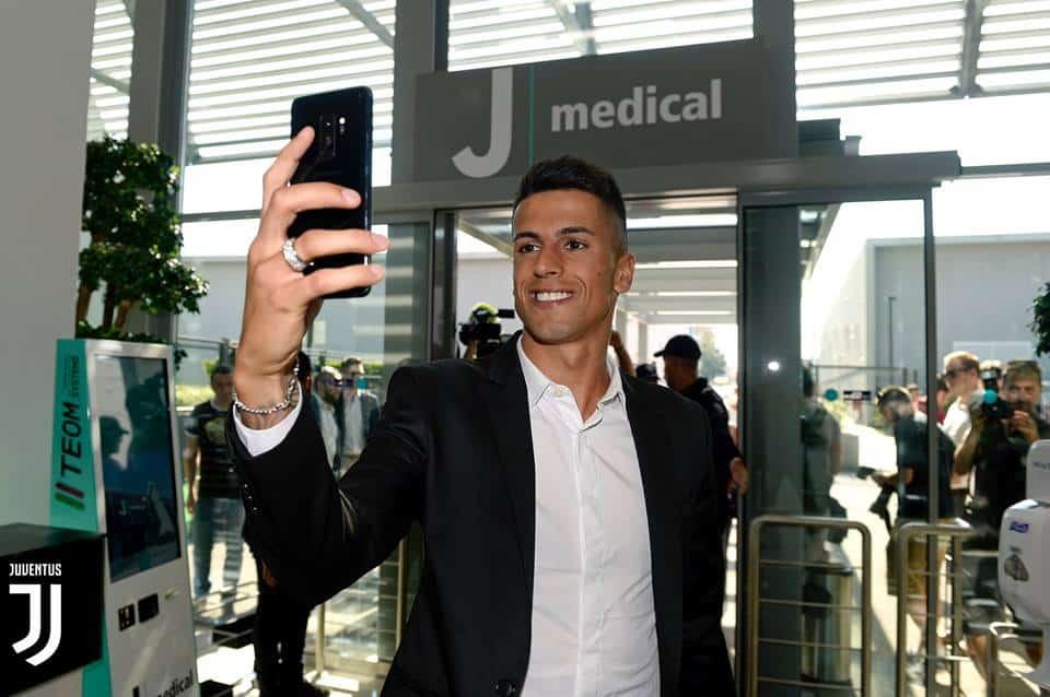 Cancelo alla Juventus: dopo una trattativa più volte anche smentita, l'ex Inter è ufficialmente un calciatore bianconero.