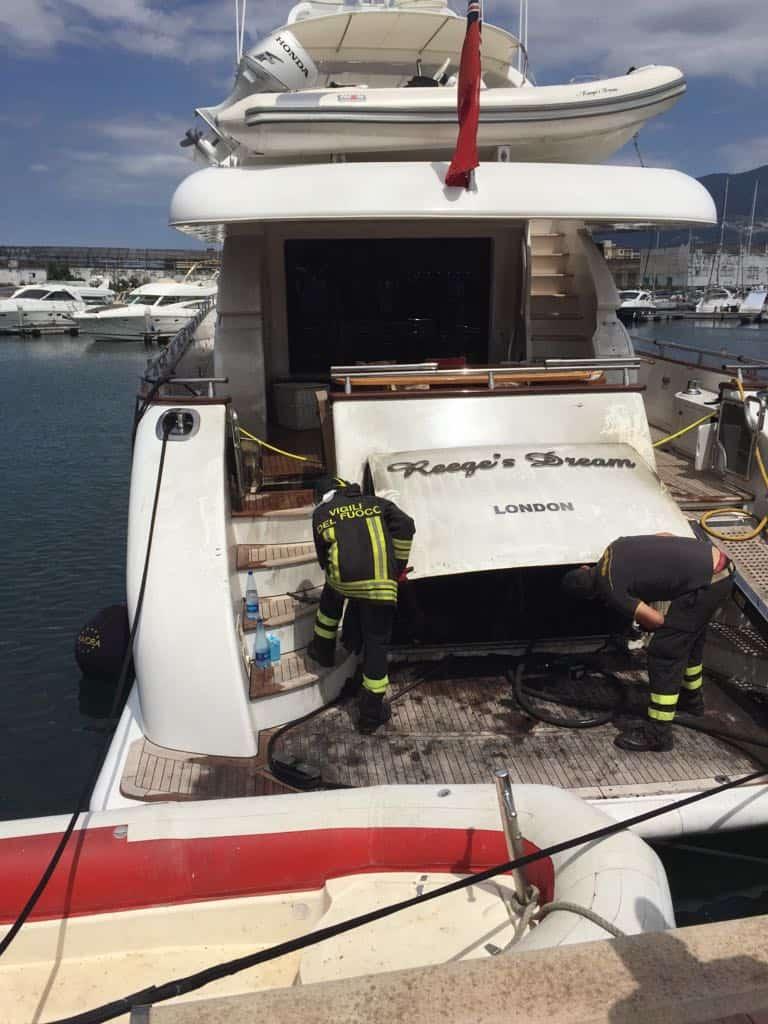 Il Mega Yacht Reeges Dream, battente bandiera inglese, ormeggiato a Marina di Stabia, nella giornata odierna si è incendiato.