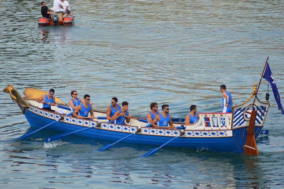 Il galeone azzurro di Amalfi, beffando quello genovese, dopo un entusiasmante testa a testa, è riuscito a spuntarla e a tagliare per primo il traguardo della 63esima Regata delle Antiche Repubbliche Marinare. Una vittoria dedicata a Fabio Borghese, canottiere amalfitano scomparso prematuramente a gennaio.