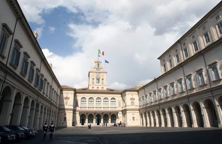 A un passo dal ritorno alle urne, dopo poco meno di tre mesi dalle elezioni, Luigi Di Maio e Matteo Salvini, siglano l'accordo e nasce il governo guidato dal professor Giuseppe Conte. L'organico della squadra del Prof.Conte è formato da 18 ministri (di cui 5 donne). Oggi alle 16.00 il giuramento.