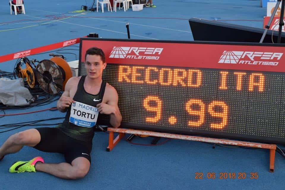 """Storica impresa quella di Filippo Tortu, il ventenne sprinter delle Fiamme Gialle che dopo 39 anni strappa a Pietro Mennea il record italiano dei 100 metri e diventa """"il primo italiano della storia a correre i 100 metri sotto i 10 secondi."""