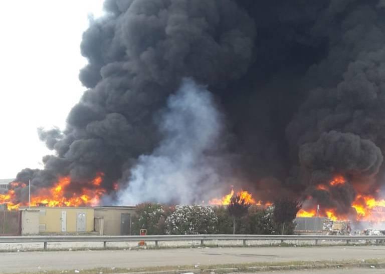 Succede vicino Caivano, nella zona industriale Pascarola. Ecoballe incendiate e fumanti che liberano diossina nell'aria. Una mostruosità indicibile (video)