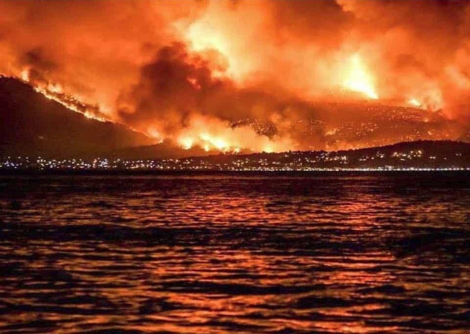 I vasti incendi hanno distrutto ogni cosa: Mati non esiste più. Le fiamme ora sono sotto controllo. L'unico incendio ancora non contenuto è quello sulle montagne di Gerenaia. Si continuano a cercare i dispersi. Allestiti diversi centri di accoglienza per i tanti che hanno perso le loro case.