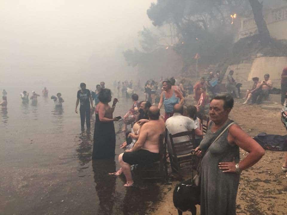 Secondo il bilancio diffuso dalla Protezione civile greca, sono 50 le morti dovute nelle ultime ore a causa degli incendi divampati intorno ad Atene . Le vittime sono state ritrovare senza vita in casa o nell'auto, nel resort marino di Mati a circa 40 chilometri da Atene Si contano anche 156 feriti.