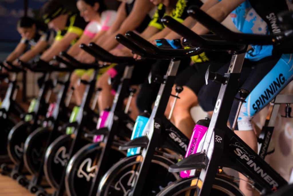 La cyclette è un attrezzo molto comodo e pratico, perfetto per chi ha l'abitudine di allenarsi ogni giorno, ma anche per il principiante che ha appena iniziato la sua attività fisica regolare.
